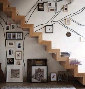 AaaaScala-in-legno-con-albero-dipinto-parete-interior-design