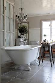 bagno vetrata industriale vasca in ghisa sgabello in metallo lampadario in cristallo