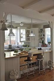 cucina rustica co sgabelli e lampade industriali holophane