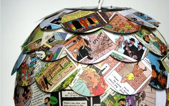 decoupage il paralume ecofriendly dell'artista Allison Patrick ognuno realizzato con 6o7 volumi tra fumetti riviste e vecchi libri
