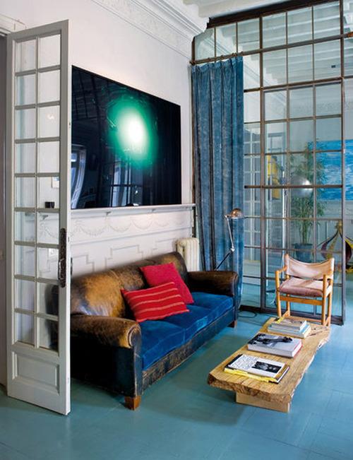 living room vetrata divano pelle e vetrata industriale