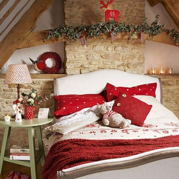 homemade-christmas-christmas-bedroom-country-homes-interiors-roomenvy1