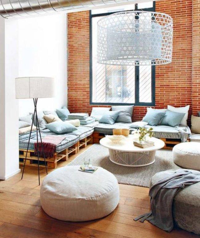 interno Una vecchia distilleria di alcool a Barcellona viene riscaldato con divani pallet. www.micasarevista