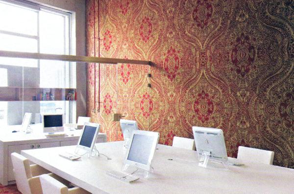 negli studi di post produzione PostPanic ad Amsterdam un antico modello di tappeto persieno nei toni del porpora viene adattato ad uno spazio molto moderno