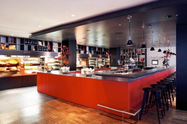 rosso e nero locale citizenM-Glasgow-Hotel-06 rosso e nero buono per un locale per un'aria elegante e raccolta