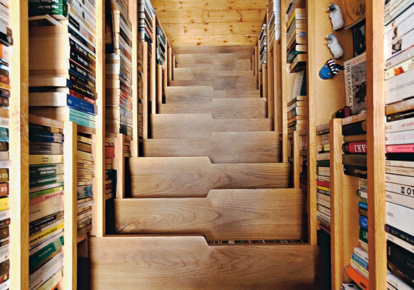 architettura libreria biblioteca scala progettata dagli architetti dello studio levitate per un appartamnento di londra