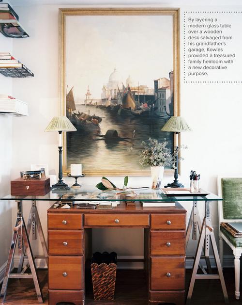 .di recupero classico la sovrapposizione di un moderno tavolo di vetro su una scrivania in legno vintage cimelio di famiglia