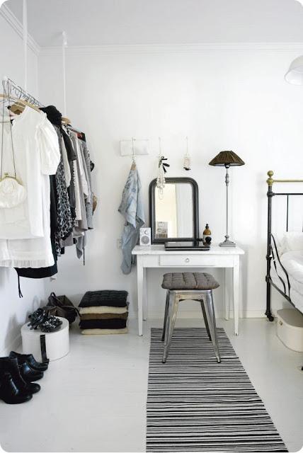moderno sedie diverse lampade industriali tavolo shabby in una bellissima casa bianca