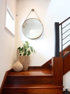 scale ingresso Staircase-landing-mirror-hang