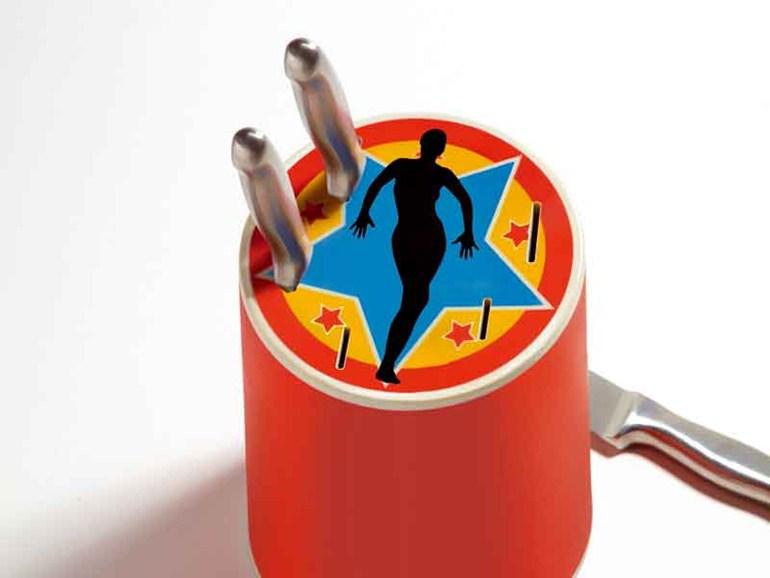 ...CIRCUS è un ceppo da cucina per cinque coltelli in porcellana. Un oggetto insolito in una cucina semplice, un tocco di colore brillante, un pizzico di umorismo in cucina