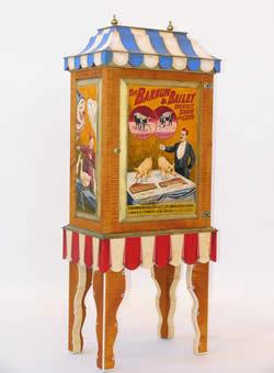 zrobert brant è uno scultore di legno che realizza particolari e preziosi mobili