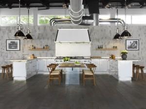 aasalone del mobile molto industrial chic la cucina presentata da officine gullo in acciaio ad alto spessore verniciato a fuoco color perla
