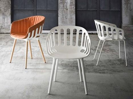 aasalone la seduta basket chair presentata da gaber è ispirata ai tradizionali contenitori in rattan by alessandro busana di hOle designstudio carina con il cuscino - Copia