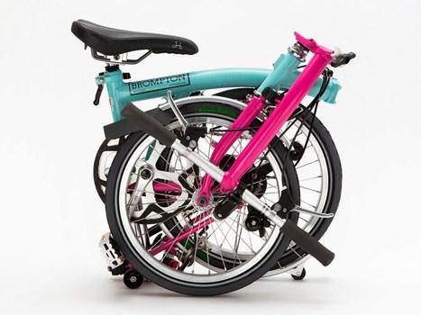 fuorisalone anche le bici diventano color caramella inaugura il negozio brompton junction milano