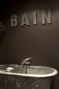 parete marrone e lettering recupero bagno biekeclaessens via desire to inspire
