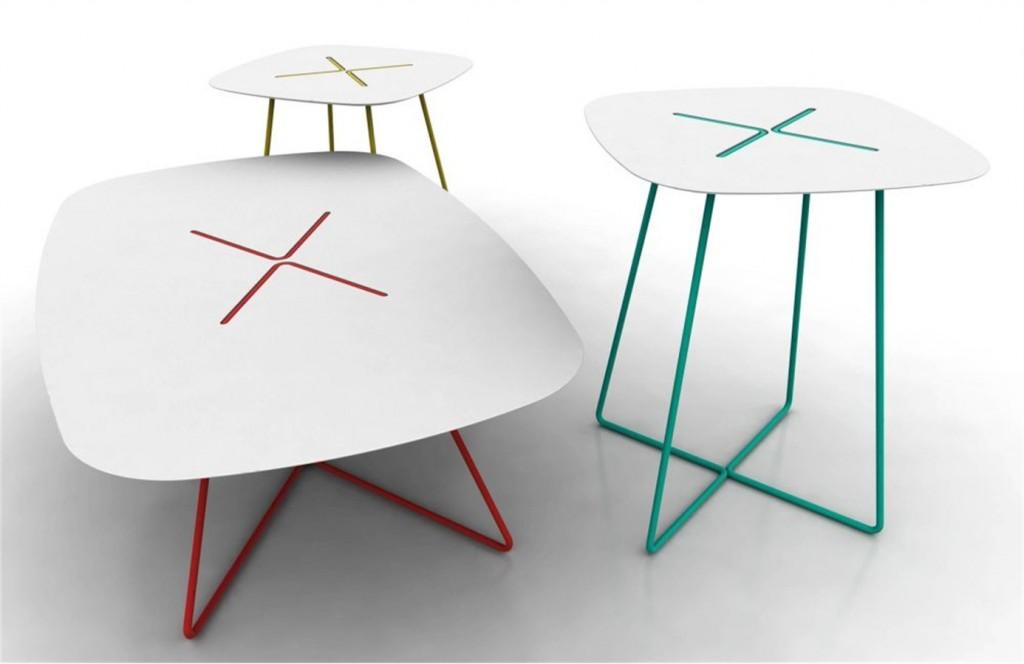 salone ancora colore e allegria con la linea di tavolini cross di domitalia in laminato plastico e tubolare d'acciaio