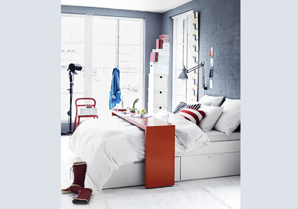 interno la consolle Malm di Ikea facile da spostare grazie alle rotelle utile per fare colazione leggere o lavorare