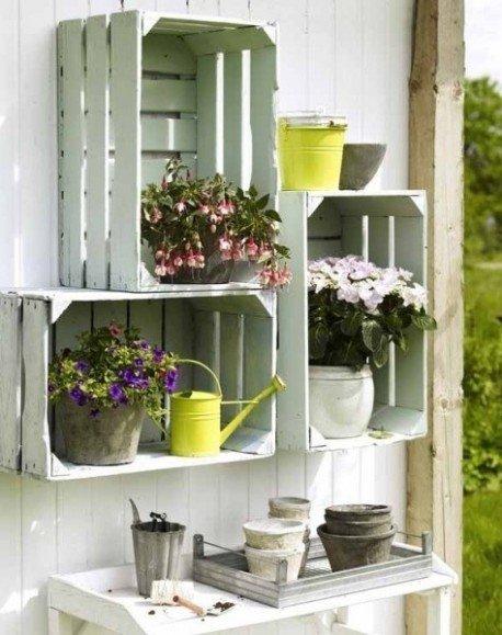 Decorare-con-le-cassette-della-frutta-appese-alle-pareti-fioriere-e-mobili