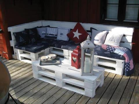divano e tavolino bianco