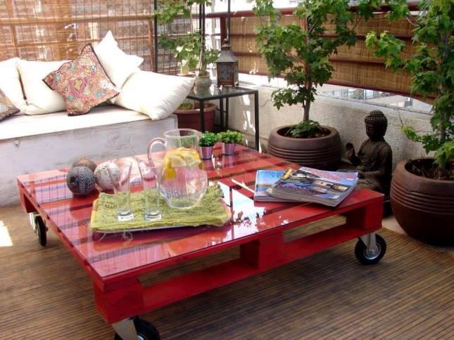 divano e tavolino rosso