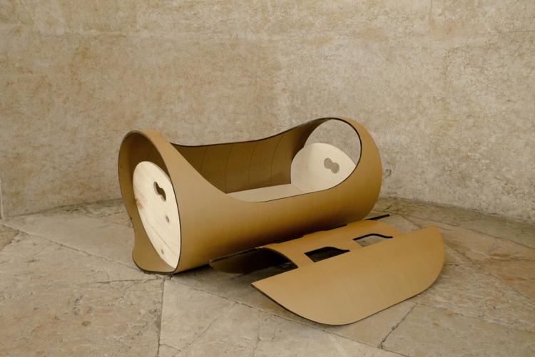 eco5 LULLA è la nuova culla di capolinea design ricavata dal riuso di tubi di cellulosa riciclata e legno trattato con essenze naturali
