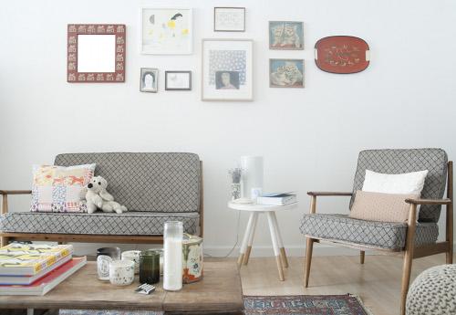 vintage1 i divanetti nell'immagine sono stati trovati per strada e recuperati appartamento di Brooklyn vissuto da due creativi Leah Goren, illustratrice e designer e il marito