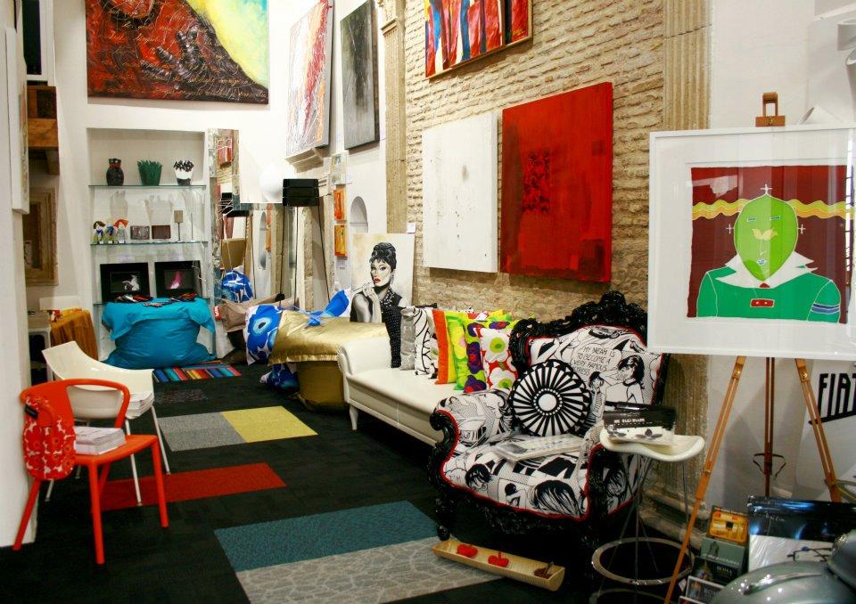 muro vero recupero parete poltrona a fumetti all'interno del design store PAVART a Trastevere Roma