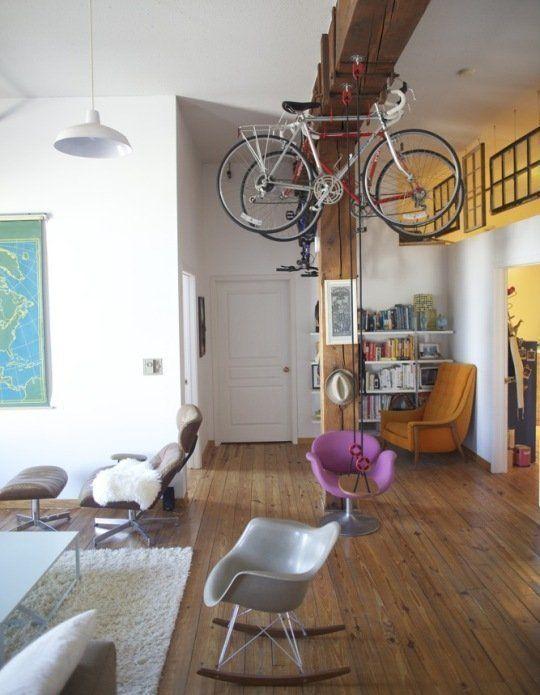 salotto bici sul soffitto e altalena che bella casa piena di allegria e fantasia