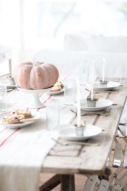 tavola basta una bella zucca su un'alzatina bianca