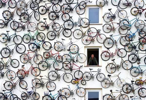 zarchitettura Con il trascorrere dei mesi le biciclette appese sono diventate 120 ed il negozio di Horstmann è diventato sempre più popolare
