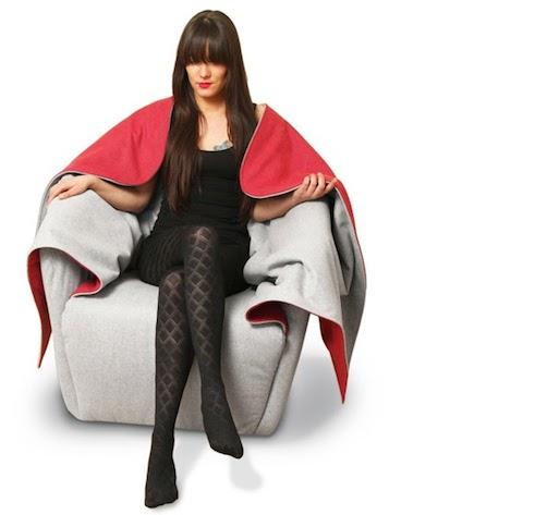 12 La poltroncina di Hanna Emelie Ernsting si ispira alla favola di cappuccetto rosso ed è realizzata in loden tessuto di lana resistente al bagnato e allo sporco