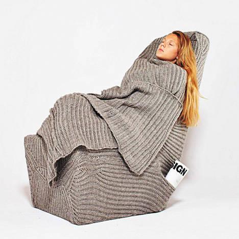 9La designer di interni polacca Aga Brzostek ha creato una poltrona ocn coperta di soffice lana incorporata