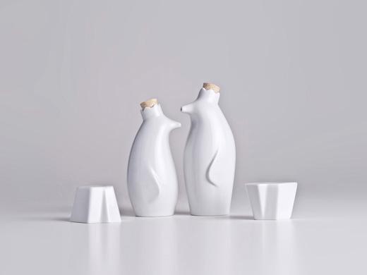 complementi accessori per la tavola saliera, contenitore per il pepe, oliera e conteitore per l'aceto a forma di pinguino e realizzati in porcellana dalla Holaria e disegnati da Luiz Pellanda