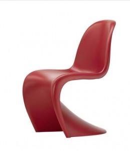 non poteva mancare la Panton chair color marsala di Verner panton per vitra