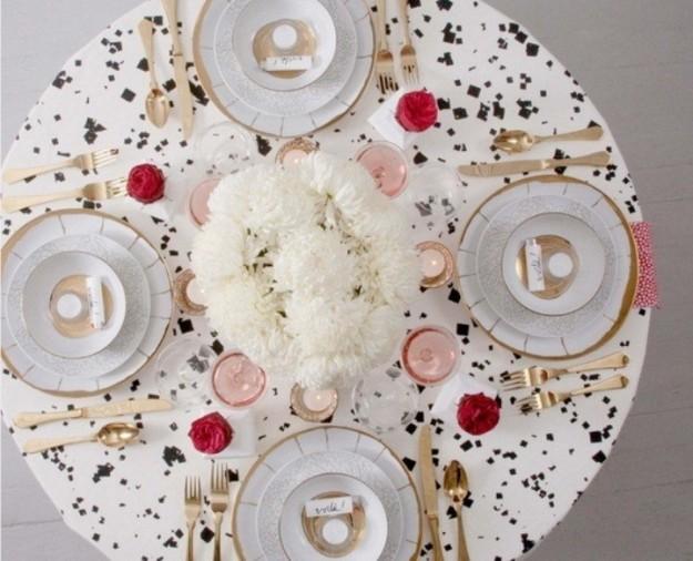 tavola-capodanno rotonda originale ed eclettica in oro-e-bianco