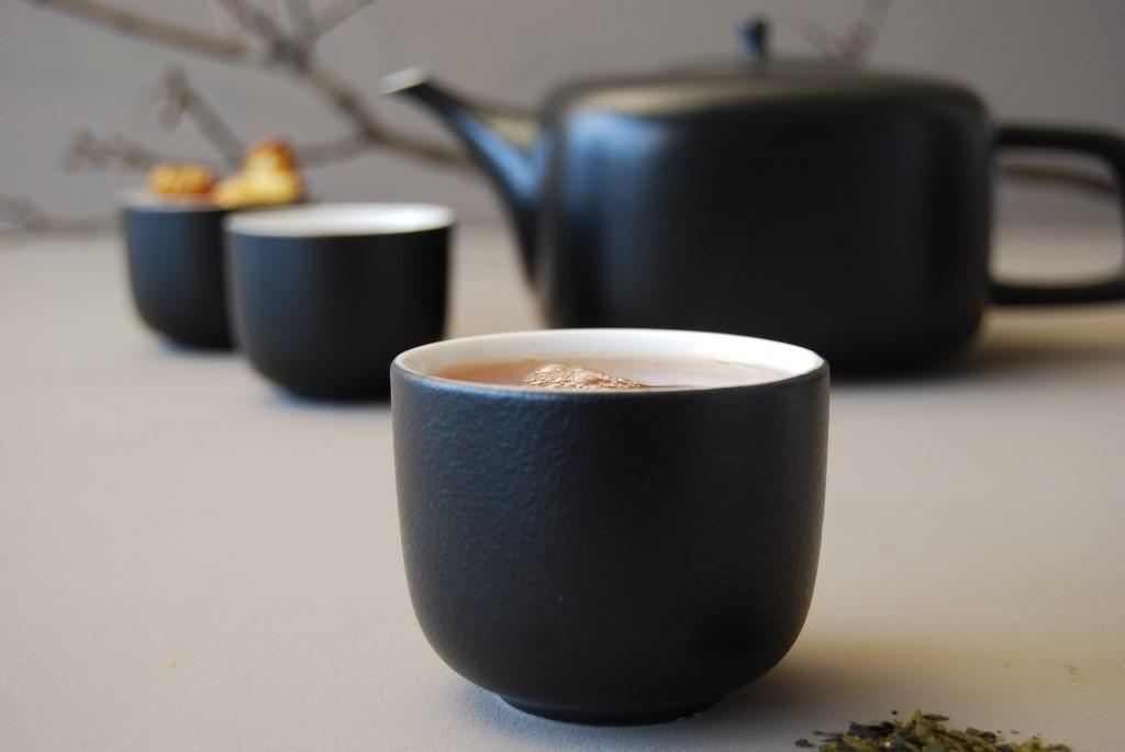 GIAPPONESE Questo servizio da tè in porcellana ricorda per forme e effetto tattile le teiere giapponesi in ghisa. Nero opaco e ruvido all'esterno