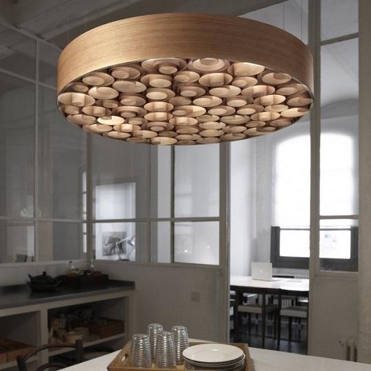 Il designer spagnolo Remedios Simòn ha progettato il lampadario di design Spiro per l'azienda spagnola LZF