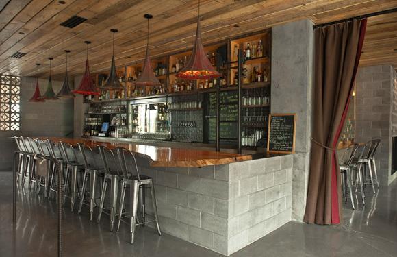costruire mattoni Molto bello ristorante messicano a Seattle chiamato Little Water Cantina. grammofoni come lampadari