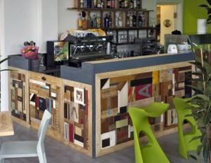 legno Bancone-pedana bar a Diano Marina in collaborazione con Vfrì di Torino, composizione di scarti di legno, ferro e vecchie insegne.