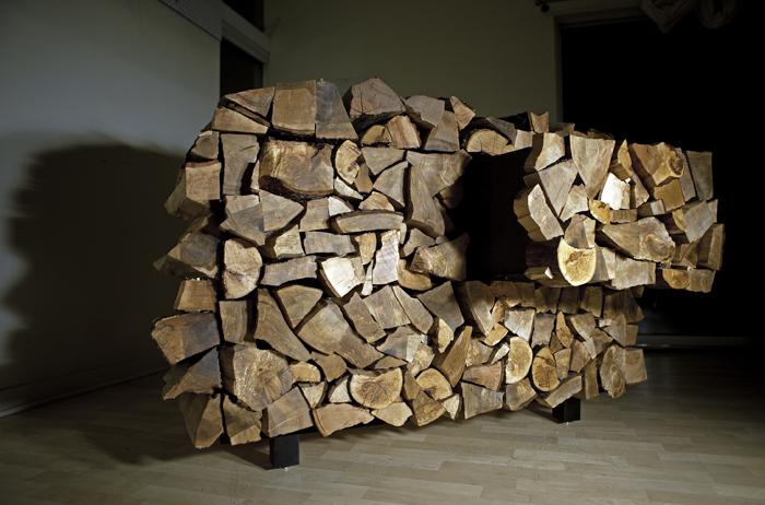 mobile che sembra un blocco di legna da ardere del designer mark moskoviz