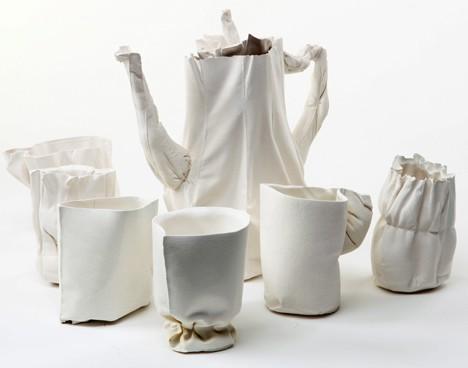 set Mini-tutorial video su Vimeo della designer Rachel Boxnboim che mostra come crea magnifiche tazze e teiere in ceramica