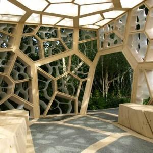 Architetti inglesi NEX hanno progettato questo padiglione in legno a cubetti per il Chelsea Flower Show di Londra,