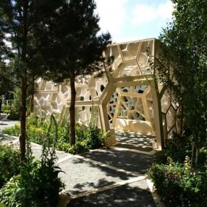 Architetti inglesi NEX hanno progettato questo padiglione in legno a cubetti per il Chelsea Flower Show di Londra,2