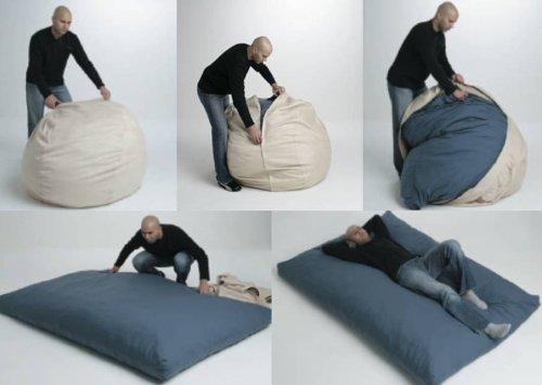 .amazon sembra una pietra ma è un pouf che si trasforma in un letto. bellissimo