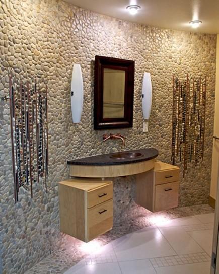 riv bagni-a-mosaico-parete-con-ciottoli