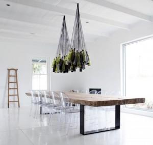 luci wine-bottle-chandelier-ghost-chairs progettato per illuminare le sale di degustazione a Maison Tenuta vinicola in Sud Africa. Progettato da Chris Weylandt
