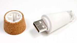 tappoi design led un connettore USB permette di ricaricare i tappi collegandoli al PC o ad un connettore da parete.