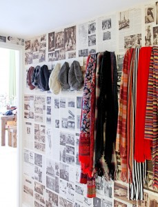 parete Various-color-of-scarfs-on-wall-hooks-plus-decorate-old-newspaper-imaginative-eclectic-apartment-applying-in-small-house