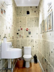 parete newspaper-wall-Bathroom-Decorating-Idea