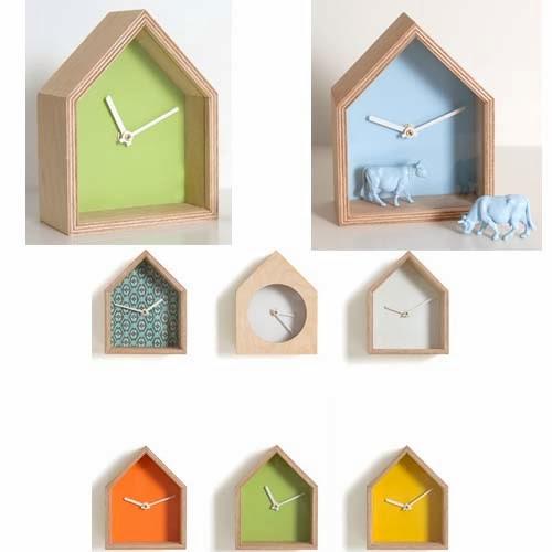 complementi Albert di Stornebel. Un orologio a forma di casa dotato di una mini vetrina